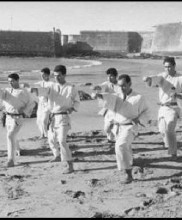 Primeiro Kangeiko (Treino de Inverno) da UBU, Carcavelos, 15 de Março de 1966 A partir da esquerda, Manuel Ceia, Alexandre Gueifão e Mário Rebola. Atrás, segundo a contar da direita, Luís Filipe Pinto e Silva.
