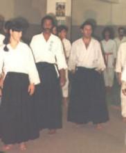 Primeira cerimónia evocativa da figura do Mestre Correia Pereira, no primeiro aniversário do seu falecimento, Dezembro de 1983 Da esquerda para a direita: Afonso Guerra (1º Dan póstumo), Brigite Viegas, Said Ali, José Araújo