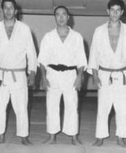 O Dr. Pires Martins com dois alunos, na Academia de Budo, em 1965: Mestres Raul Cerveira e Manuel Ceia