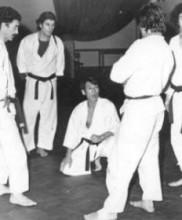 Mestre Murakami rodeado por alunos, Queluz, 1977 Da esquerda para a direita: Mestres Raul Cerveira, Mário Rebola, Manuel Ceia, Tetsuji Murakami, António Lima, Alexandre Gueifão