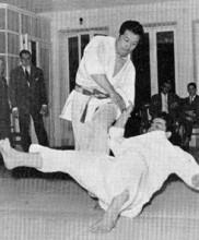 Mestre Masaami Shirooka aplicando De Ashi Harai